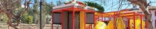 Kids' Podium: Una zona de juegos infantiles llena de túneles, zonas para trepar y toboganes decorada como un gran podio de Fórmula 1, con sus banderas, trofeos y copas.