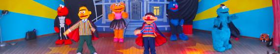 Es Halloween en SésamoAventura: Los personajes de Barrio Sésamo se ponen sus disfraces de Halloween para celebrarlo en SésamoAventura, la área de Sesame Street en PortAventura. Un gran espectáculo con bailes y música y tus personajes favoritos.